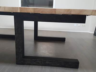 Bureautafel met stalen U poot en teak blad 4 cm
